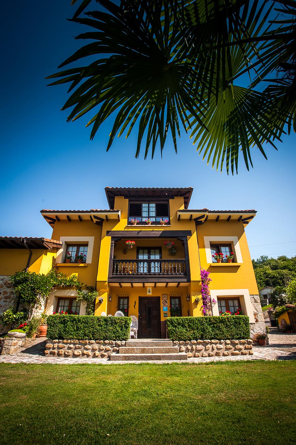 Fachada y entrada principal a la Casa Rural Riosol