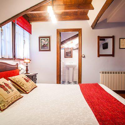 Intimidad y calidez en habitaciones con cama matrimonial o dos camas