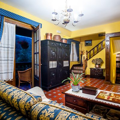 Salón con chimenea de estilo indiano montañés