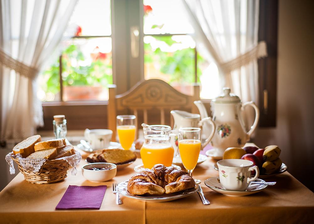 Mesa con el desayuno servido en Riosol