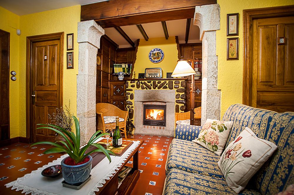Salón principal de la casa con su chimenea